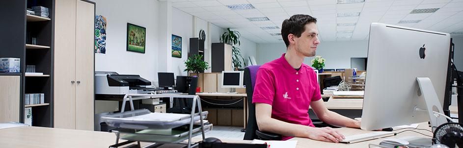Druckvorstufe Mitarbeiter am PC